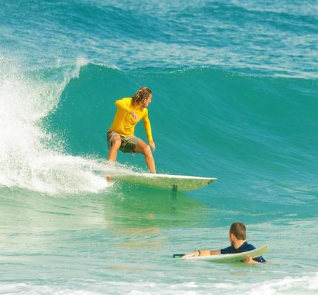 בואו להגשים חלום ולהפוך לגולשי גלים! שיעור גלישת גלים ממדריך מקצועי