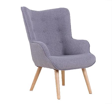 כורסא מעוצבת עם ריפוד עבה ורגלי עץ