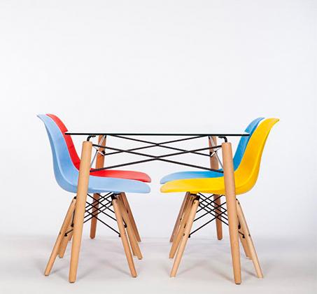 סט פינת אוכל הכולל שולחן זכוכית מחוסמת בשילוב מתכת ו-4 כסאות צבעוניים - תמונה 2