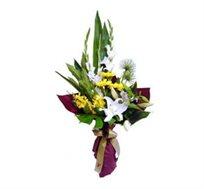 עיצוב בפרחים, זר מעוצב ואלגנטי, שזור מסייפנים, ליליות, אוריינטלים וענפי קישוט מיוחדים
