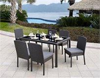 סט ישיבה דמוי ראטן 5 או 7 חלקים בעל שולחן משולב זכוכית וכסאות עם משענת גבוהה וכריות מבית HomeTown