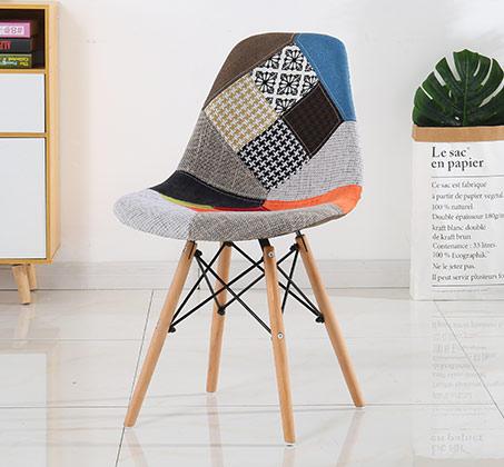 כסא מרופד בעיצוב טלאים צבעוניים לפינת האוכל