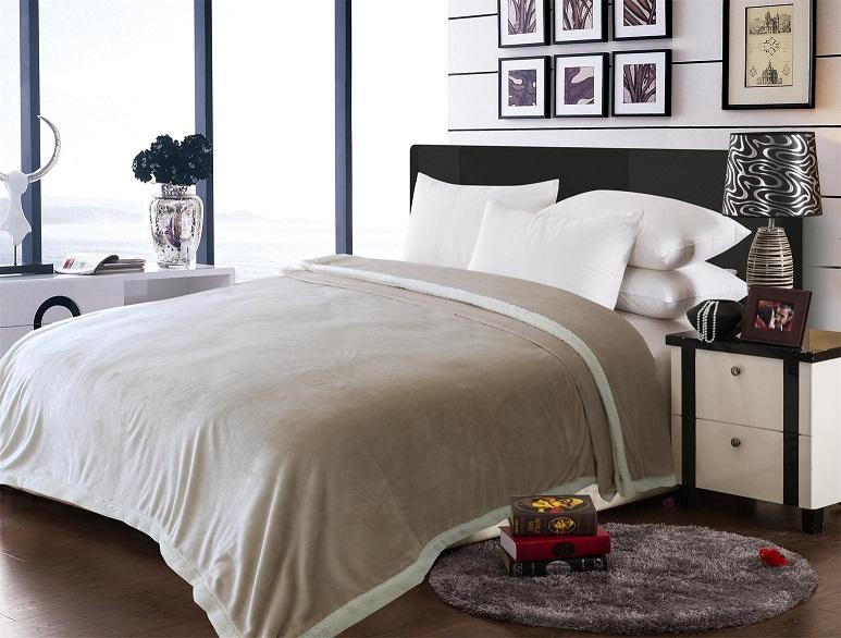 שמיכת פלנל דו צדדית רכה ומפנקת המשמשת גם ככיסוי מיטה דקורטיבי, החל מ-₪79!