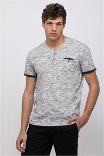חולצת טי בטקסטורת מלאנג´ עם מפתח צוואר Y וכיס חזה
