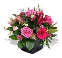 """""""יהל"""", סידור פרחים ורוד ולבבי המבטא אהבה המשלב גרברות, ורדים וליזיאנטוס"""