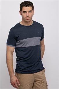 חולצת טי קולור בלוק ושילוב בדים