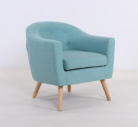 כורסא צבעונית מרופדת עם רגלי עץ במגוון צבעים לבחירה