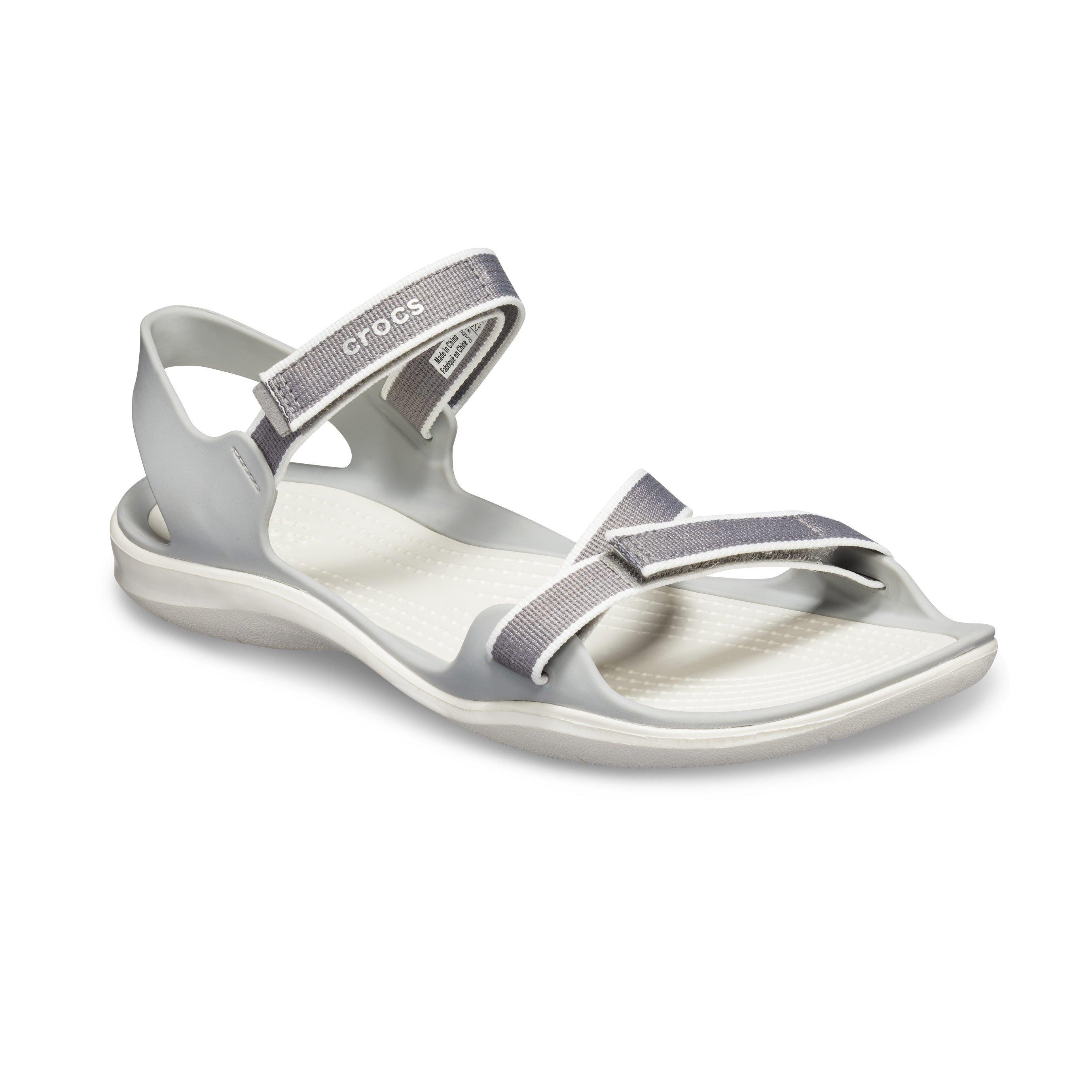 Crocs Swiftwater Webbing Sandal - סנדל שטוח בצבע אפורלבן עם רצועות מתכווננות
