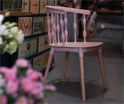 כיסא מעצבים בצבע כחול שילוב של עץ ופלסטיק - תמונה 4