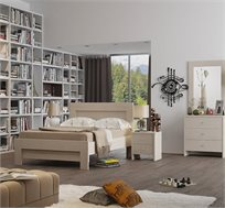 חדר שינה סנדי הכולל מיטה זוגית, 2 שידות לילה, שידת 3 מגירות ומראה תוצרת Living Room