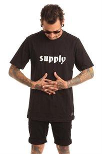 חולצת טי לגברים SUPPLY בצבע שחור