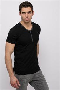 חולצת טי עם מפתח צוואר Y בצבע קונטרסטי
