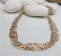 ייחודו של תכשיט! שרשרת צמודה מורכבת משלוש שורות של לבבות עדינים בציפוי זהב מובחר