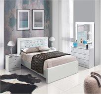 חדר שינה כולל מיטה שידות ומראה