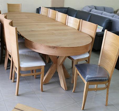 סט שולחן אוכל עגול נפתח עד למעלה מ-3 מטר כולל ארבע כסאות מרופדים עשוים עץ אלון מבוקע - תמונה 4