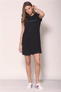 שמלה באורך מיני זוהרה Peace of Mind בצבע שחור עם כיתוב בצבע לבן