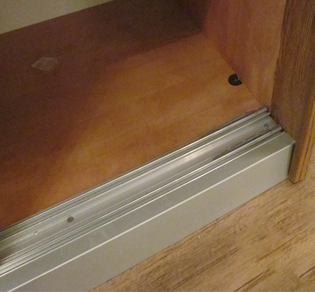 ארון הזזה 2 דלתות טריקה שקטה קרניז עליון ותחתון אלומיניום דגם רן - תמונה 2