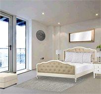 מיטה זוגית דגם אדל ביתלי בשילוב מסגרת עץ צבועה בצבע שמן בגוון שמנת ומרופדת בבד פישתן בגוון טבעי