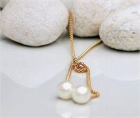 ייחודו של תכשיט! שרשרת קלאסית ומעוצבת בציפוי זהב וחרוזי פנינה למראה יוקרתי  - משלוח חינם!