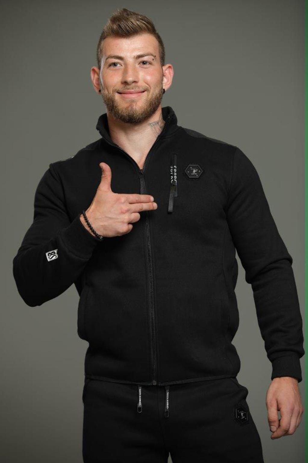 חליפה ספורטיבית עם קפוצ'ון לגבר - שחור