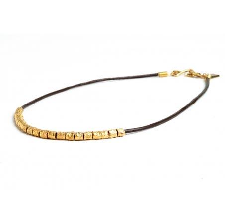 שרשרת פרעה עם חרוזים בצבע זהב וחוט עור שחור
