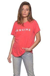 טישרט לנשים זוהרה Genuine בצבע אדום דהוי עם כיתוב בצבע לבן