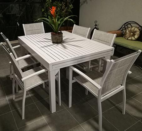 סט ישיבה לחצר ולמרפסת הכולל שולחן לבן נפתח ו-4 כיסאות