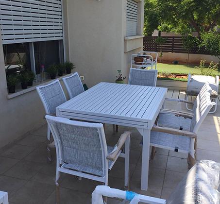 פינת אוכל מודרנית לגינה ולחצר הכוללת שולחן גדול נפתח וארבעה כסאות תואמים - תמונה 3