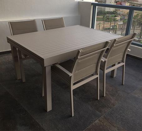 פינת אוכל מודרנית לגינה ולחצר הכוללת שולחן גדול נפתח וארבעה כסאות תואמים - תמונה 2