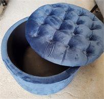 הדום ישיבה עגול גדול נפתח מקטיפה בצבע כחול בעיצוב קפיטונאג' למראה יוקרתי