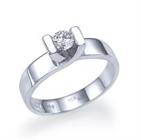 """טבעת אירוסין זהב לבן סוליטייר """"מריה"""" 0.31 קראט בעיצוב המדגיש את היהלום"""