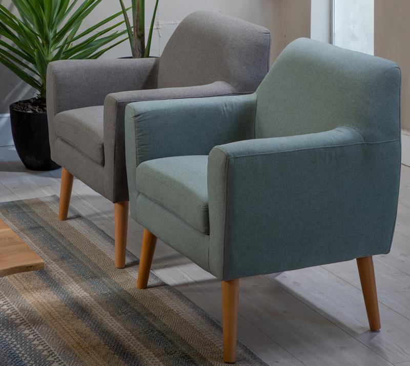 כורסא מעוצבת בסגנון מודרני טאבי ביתילי בעלת מסגרת עץ ומערכת תמיכת ישיבה מתקדמת