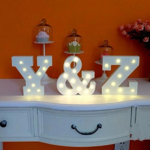 מנורת לילה עם תאורת לד LED מעוצבת בצורת האות M - תמונה 7