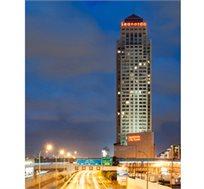 """לילה במלון 'לאונדרו סיטי טאואר' ת""""א ע""""ב א.בוקר כולל מופע סטנדאפ של דרור קרן רק ב-₪749"""