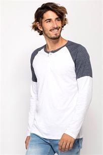 חולצת טי בטקסטורת מלאנז´ במראה קולג'