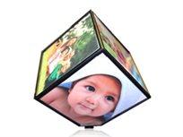 מעמד תמונות בצורת קוביה, מסתובב אוטומטית 360 מעלות ומאפשר הצגה של 6 תמונות בו זמנית