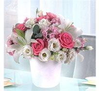 סידור ורוד לבן מרהיב ביופיו, שזור עם ורדים, ליליות, ליזיאנטוס ונץ חלב - משלוח חינם!
