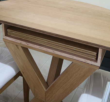 סט שולחן אוכל עגול נפתח כולל ארבע כסאות מרופדים עשוים עץ אלון מבוקע - תמונה 4