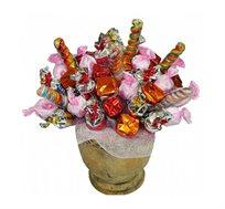 מתוק וקסום - זר מתוק מרשים של שוקולדים איכותיים וממתקים בשלל צבעים מסודרים באגרטל יפהפה
