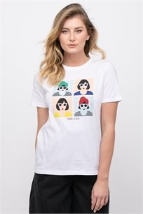חולצת טי  עם הדפס צבעוני