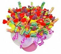 """""""פינוקים ועינוגים"""" - זר מתוק ורומנטי המורכב משיפודי סוכריות גומי בתוך כלי חרס מרהיב בצבעוניותו - משלוח חינם!"""