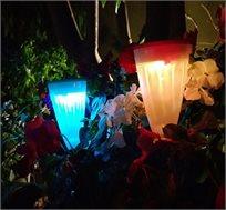 תאורה סולארית עם 2 מצבי תאורה הניתנת לתלייה על עץ או נעיצה באדמה
