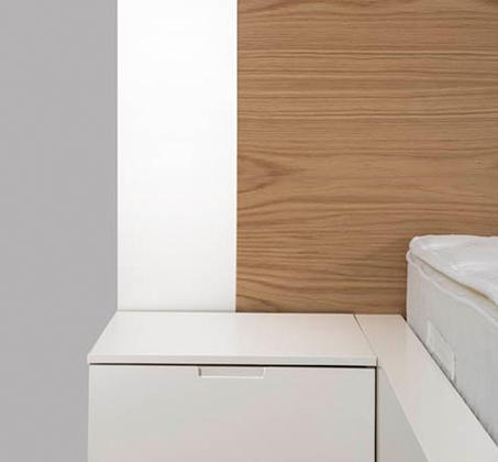 חדר שינה כולל מיטה זוגית, שתי שידות, קומודה ומראה עשוי עץ מלא משולב לבן מט דגם ווילג' LEONARDO - תמונה 6