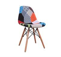 כיסא מרופד נוח ומעוצב בתפירה צבעונית בדוגמאת טלאים עם רגלי עץ