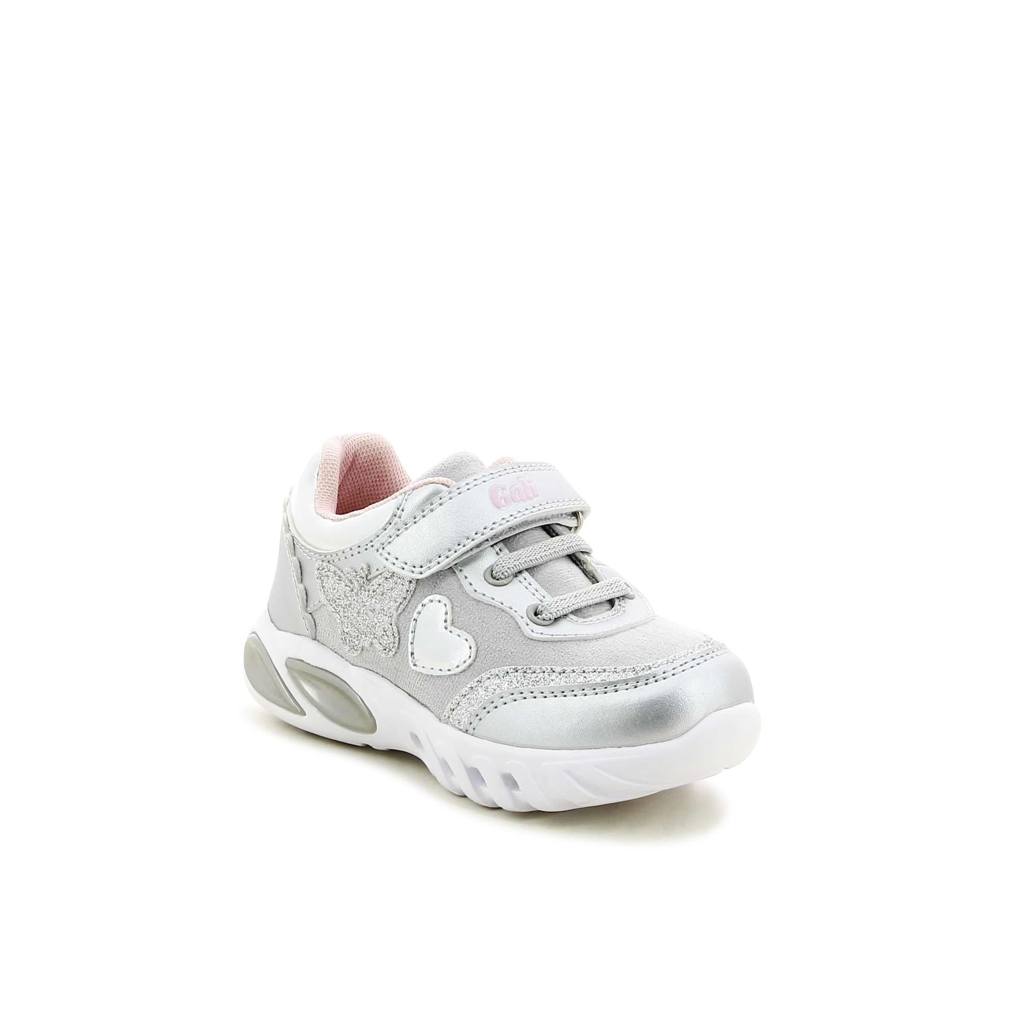 נעלי ספורט עם פרפר