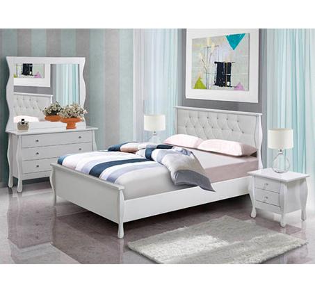 חדר שינה עם מיטה זוגית, שתי שידות, קומודה ומראה בלבן מבריק