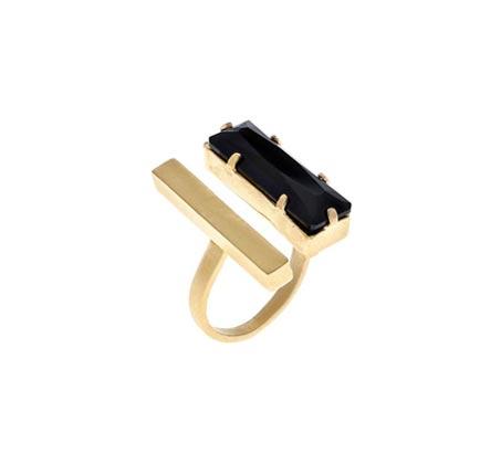 טבעת קאסל בציפוי זהב 24 קראט עם אבן סברובסקי שחורה