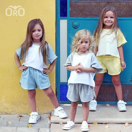 חליפת שורט Oro לילדות (מידות 2-7 שנים) אפור לבן