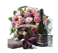 זר מדהים ביופיו עם שמפניה ואריזת פרלינים