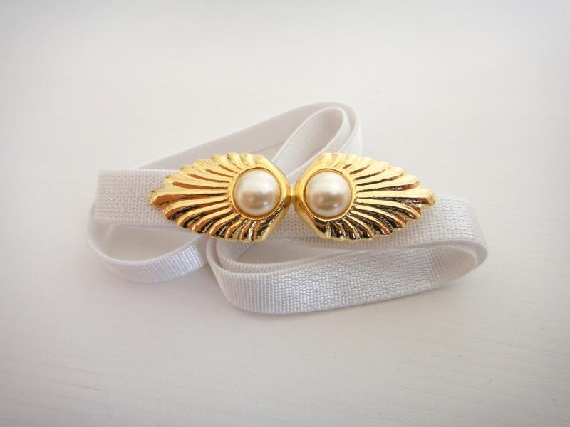 חגורת מותן אלסטית לבנה עם אלמנט זהב ופנינים